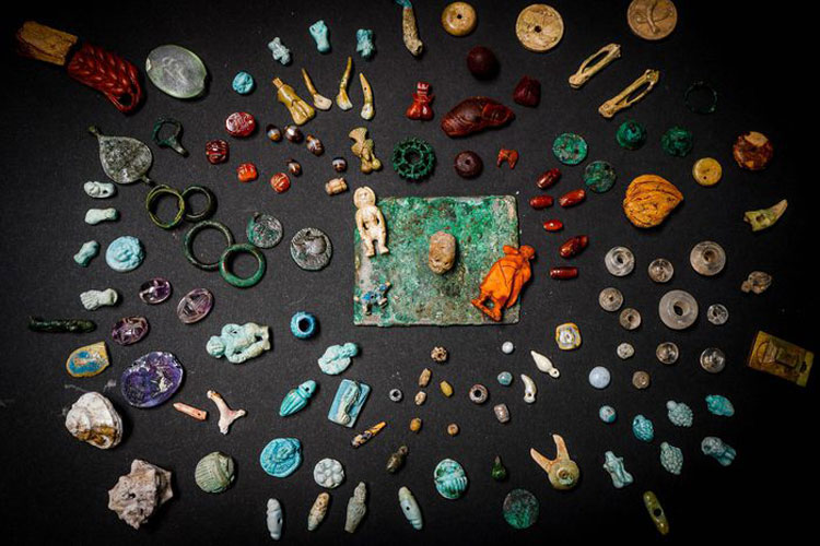 Scoperto a Pompei uno scrigno con amuleti e pietre preziose. Potrebbe appartenere a una fattucchiera