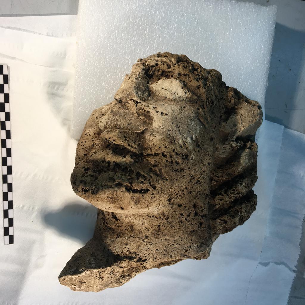 Una rarissima testa in travertino scoperta a Paestum: evento unico per il sito