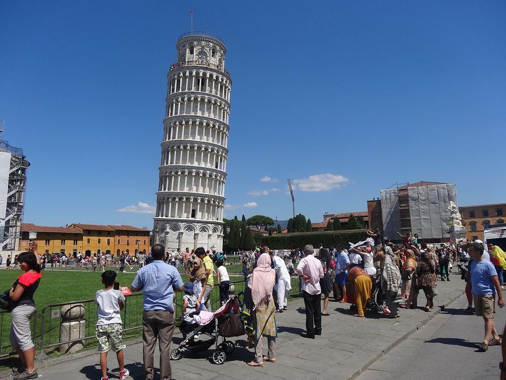 Incidono il loro nome sui marmi della Torre di Pisa: arrestati due turisti