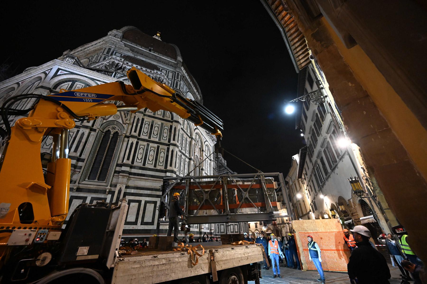Firenze, le spettacolari immagini del trasporto della Porta Sud del Battistero restaurata