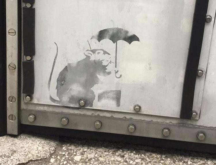 È di Banksy il topolino con ombrello apparso a Tokio?