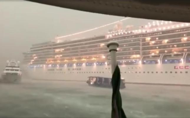 Venezia, si rischia la tragedia vicino San Marco per grande nave che sbanda causa maltempo