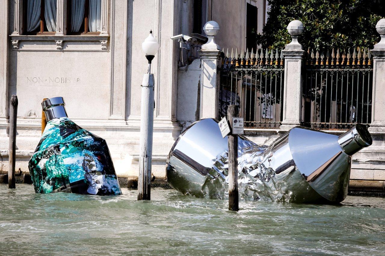 Venezia, due enormi bottiglie arrivano in Canal Grande. La provocazione ecologista di Xhixha e Braglia
