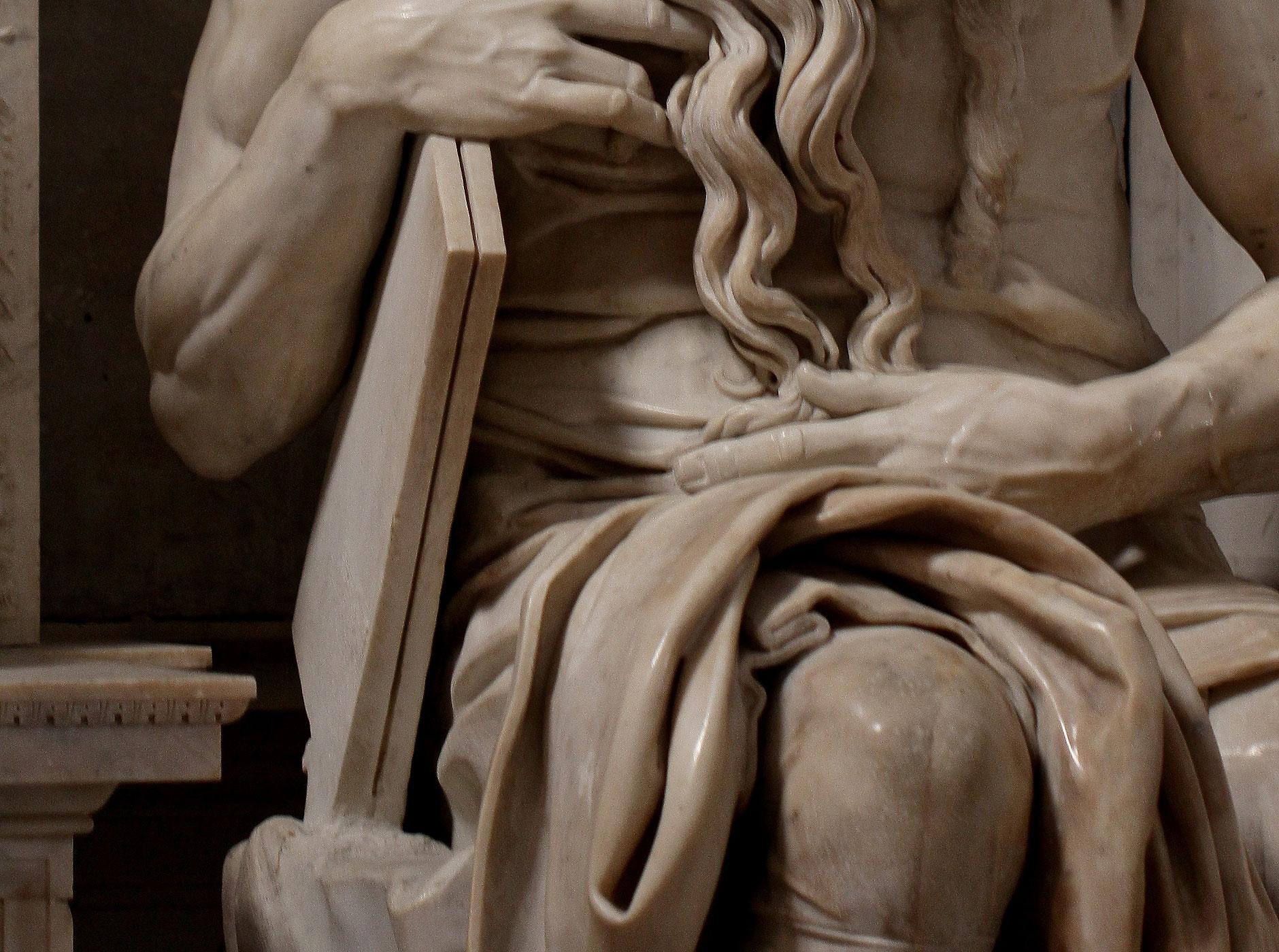 Michelangelo Buonarroti, Mosè, dettaglio delle tavole. Ph. Credit Jörg Bittner Unna
