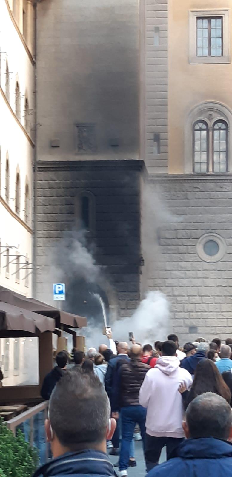 Firenze, incendio in pieno centro, fuoco e fumo in piazza Davanzati