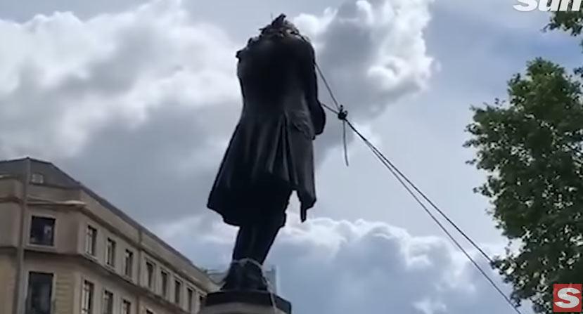 Bristol (Regno Unito), manifestanti abbattono monumento di un mercante di schiavi del '600