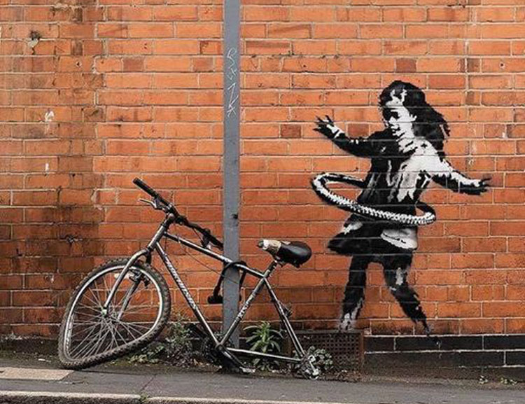 È di Banksy la bambina con hula hoop apparsa a Nottingham