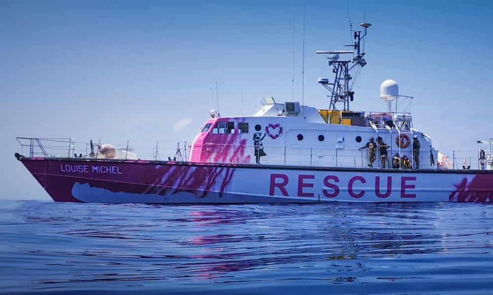 Banksy ha finanziato e decorato la nave di una ong che salva i migranti nel Mediterraneo