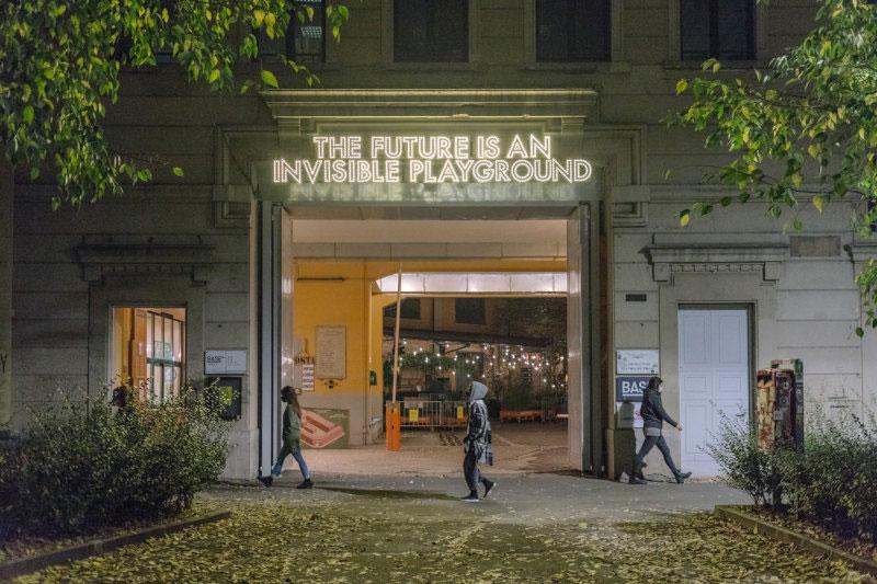 L'installazione luminosa di Montgomery sul futuro dà il via a BASE Milano