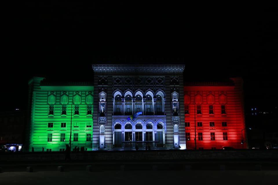 La solidarietà bosniaca per l'Italia in emergenza: la Biblioteca di Sarajevo s'illumina col tricolore
