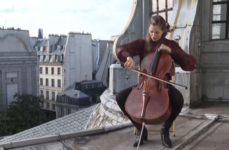 Camille Thomas, la violoncellista suona sui tetti di Parigi per nutrire l'anima