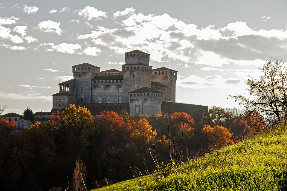 """""""No al cemento attorno al Castello di Torrechiara"""". Cittadini si uniscono contro speculazione"""