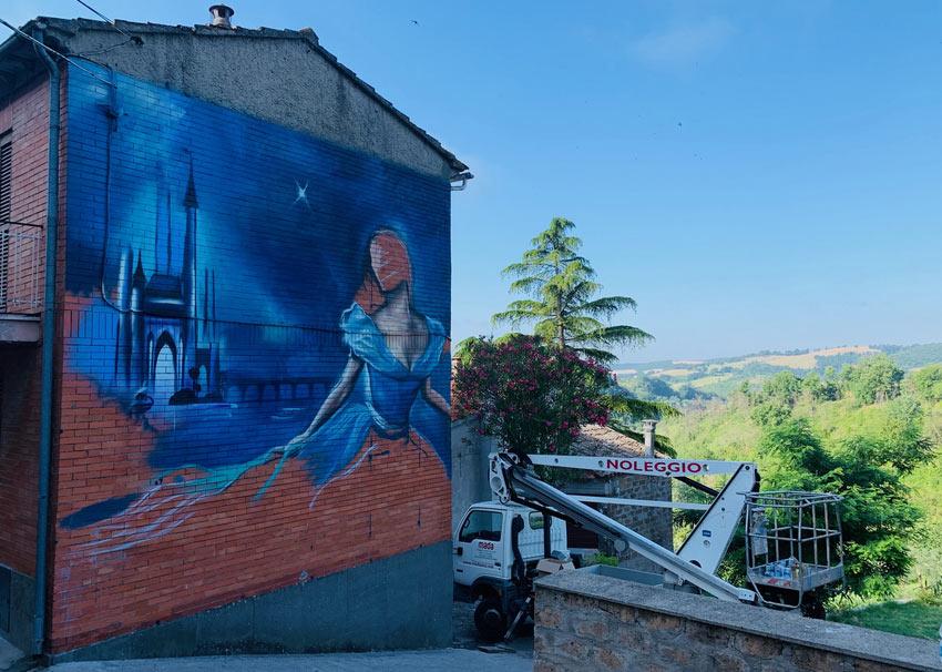 C'è un paese delle fiabe nella Tuscia tutto decorato con opere di street art