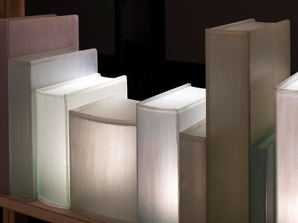 """A Milano la mostra """"Enlightening Books"""", personale dei libri di vetro di Chiara Dynys"""