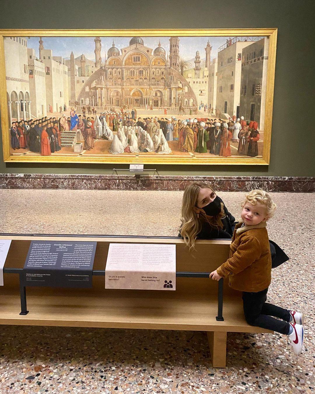 """Chiara Ferragni col figlio tra le opere di Brera: """"lo riporterò quando i musei riapriranno"""""""