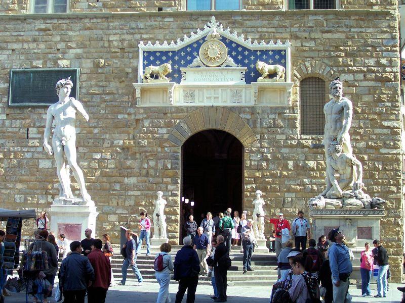Firenze, Ferragamo restaura i gruppi scultorei di piazza della Signoria con un milione di euro