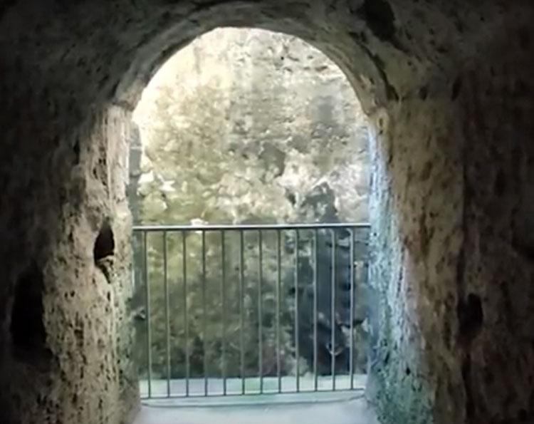 Nei cunicoli dell'antico Teatro Lapillo di Ercolano percorsi nel Settecento dai viaggiatori del Grand Tour