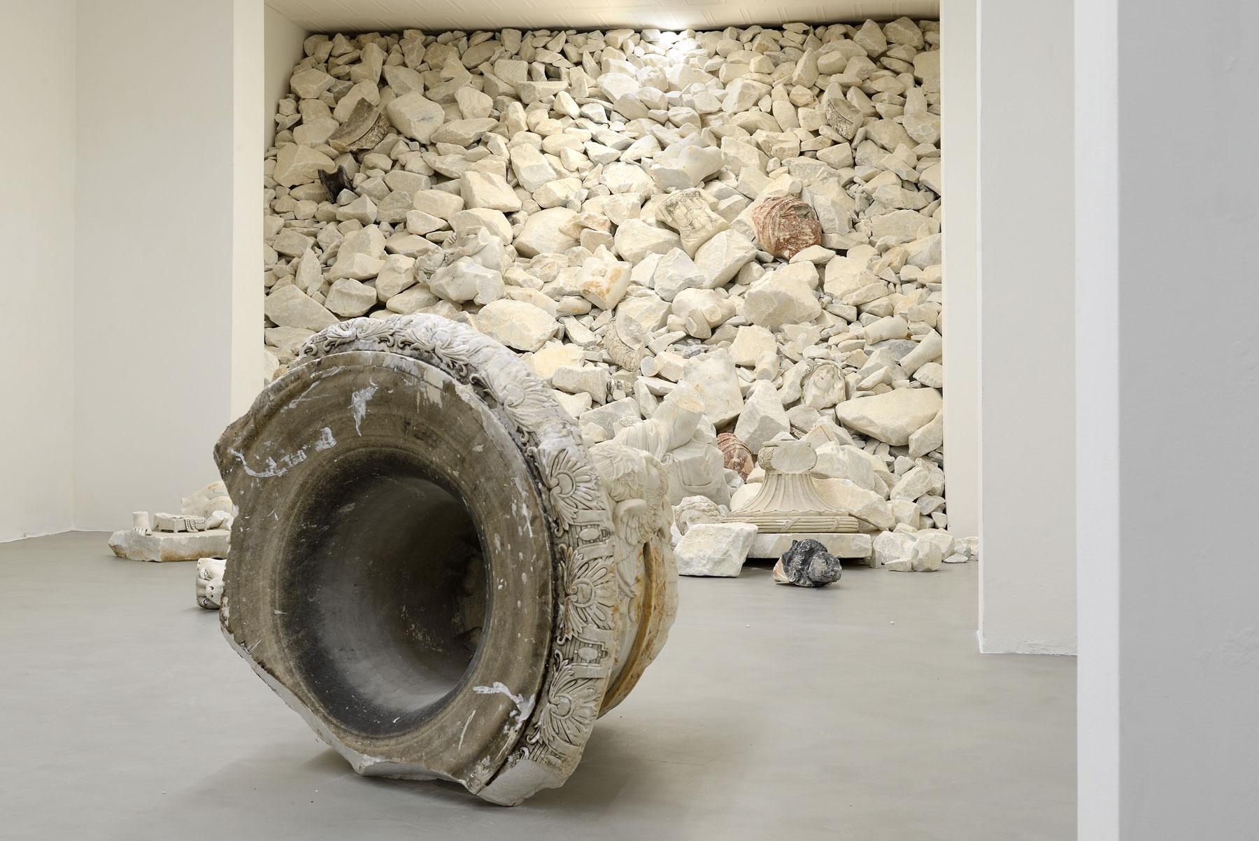 Acqua alta: Fabio Viale riflette sul dramma di Venezia e sullo scorrere del tempo con le sue opere in marmo