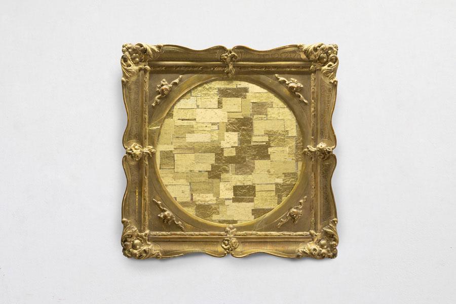 L'oro come aspirazione al lusso. A Calenzano la personale di Flavio Favelli