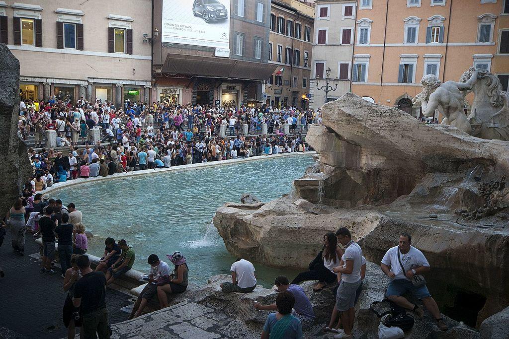 Fontana di Trevi, potrebbe arrivare a breve una barriera contro i turisti che si siedono sul bordo
