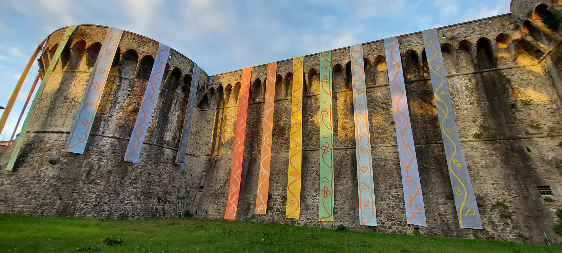 La Fortezza di Sarzana diventa un arcobaleno: ecco l'installazione di Dale