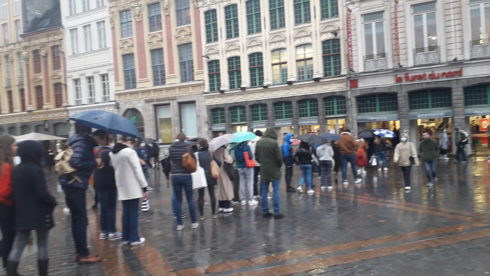 Francia, code davanti alle librerie prima che chiudano per il lockdown. La foto è virale