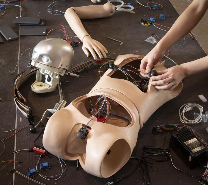 I robot dell'artista coreana Geumhyung Jeong sono in mostra a Modena