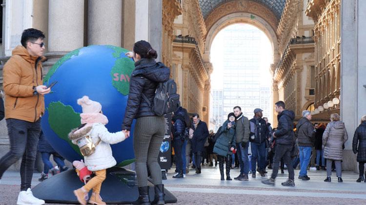 Save Milano bella: in Piazza della Scala a Milano è apparso il primo Globo