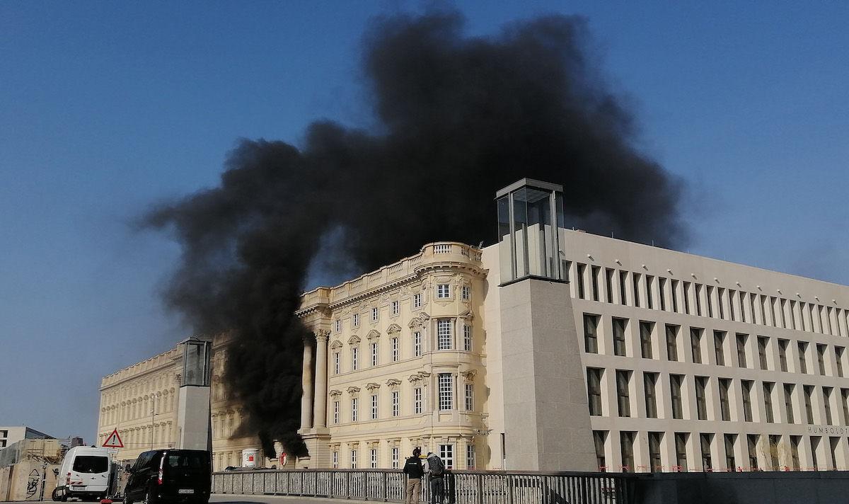 Berlino, incendio all'Humboldt Forum, nel cantiere di ricostruzione del Castello di Berlino. C'è un ferito