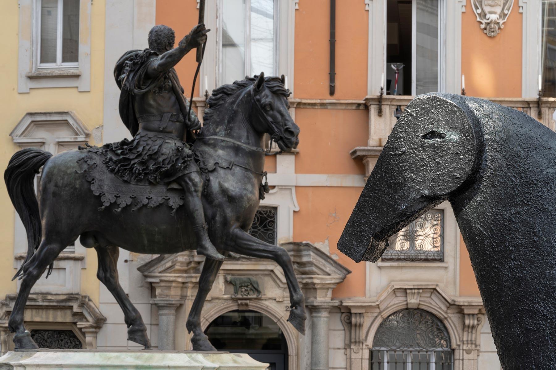 """Piacenza, cavalli a confronto: Paladino """"dialoga"""" con Francesco Mochi in piazza Cavalli"""