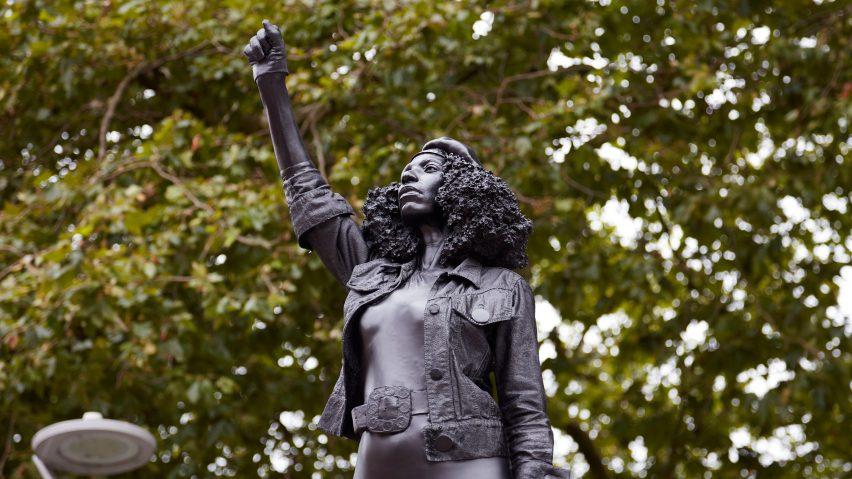 Bristol, la statua dello schiavista abbattuta è stata sostituita con quella di un'attivista BLM. Che è già stata rimossa