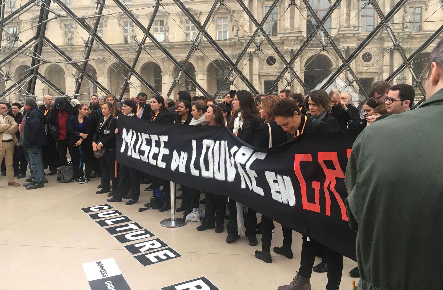Parigi, protesta contro la riforma delle pensioni fa chiudere il Louvre, a migliaia rimangono fuori