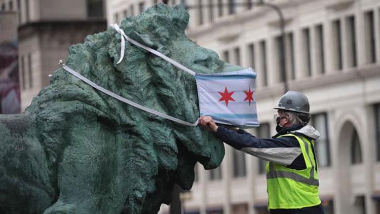 Chicago: anche le statue della città indossano la mascherina