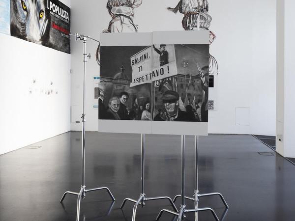 Marc Bauer ha analizzato i social (e la comunicazione di Salvini e Sardine) e ci ha fatto una mostra. A Milano