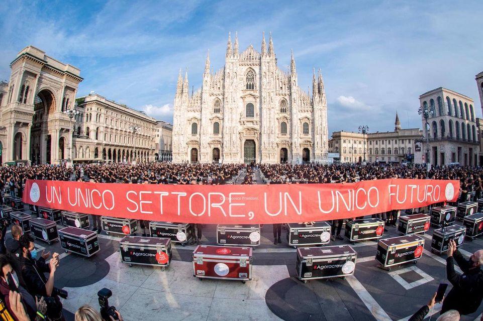 A Milano la protesta dei lavoratori dello spettacolo. 500 bauli in piazza Duomo