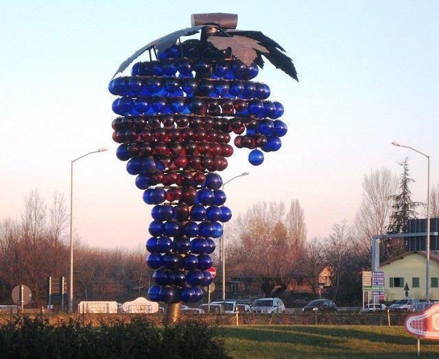 Monumento al lambrusco (Modena)