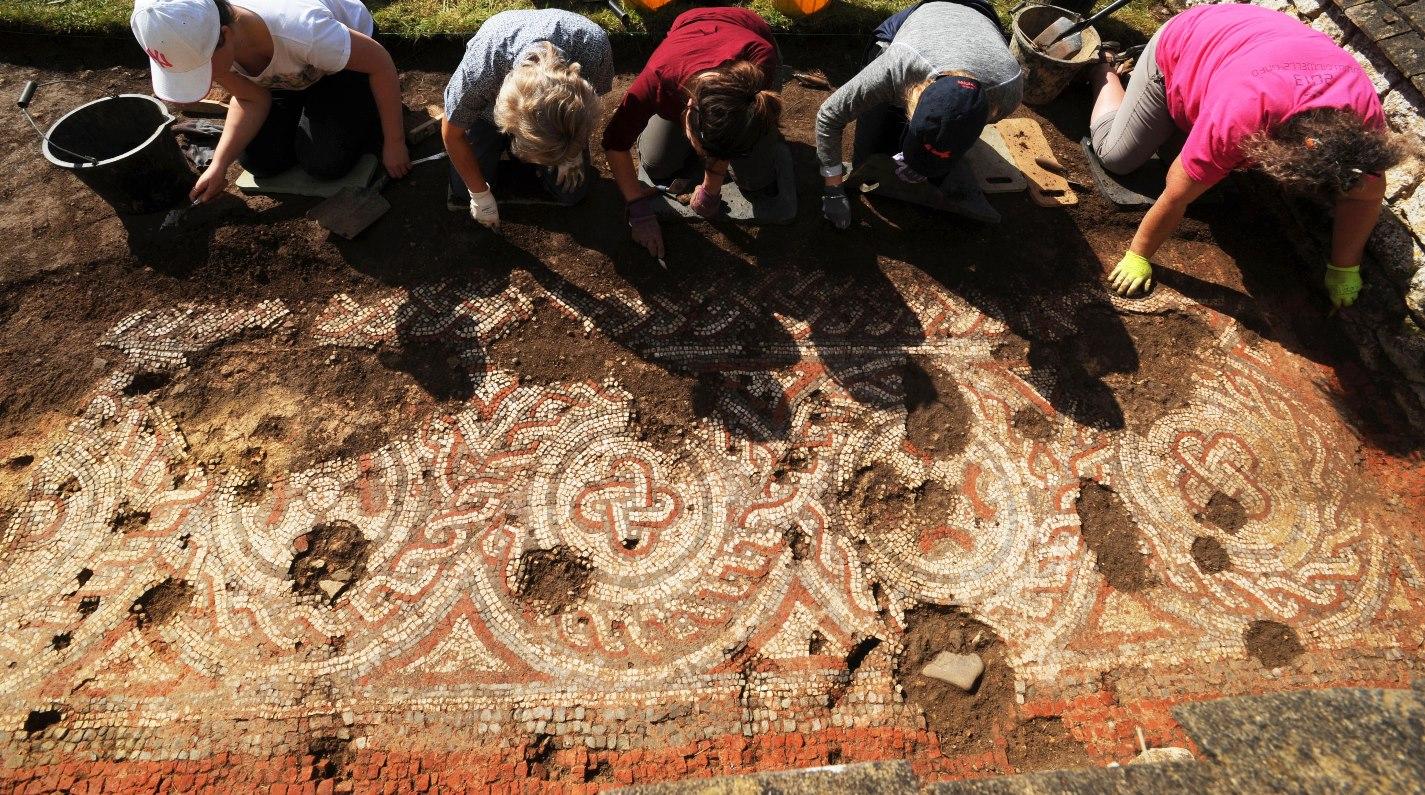 Inghilterra, importante scoperta: un mosaico romano del V secolo potrebbe riscrivere la storia