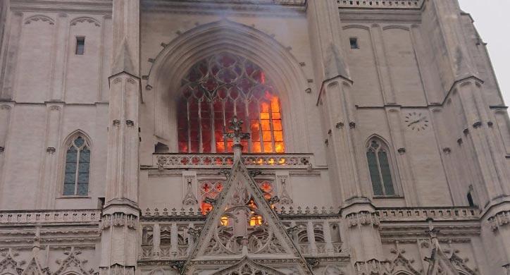 Francia, scoppiato un violento incendio alla cattedrale gotica di Nantes