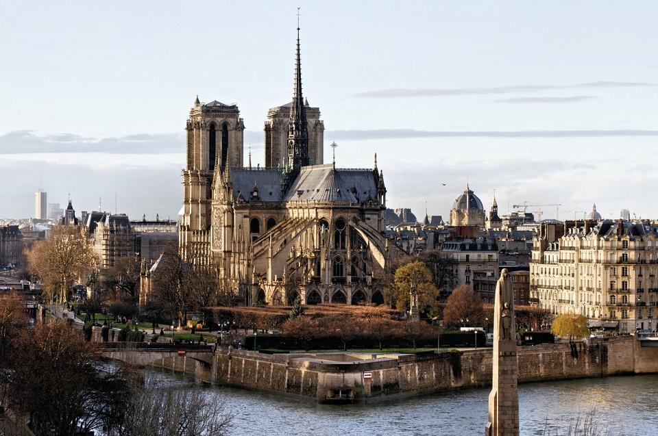 Notre-Dame sarà ricostruita esattamente com'era: scartati i progetti avveniristici