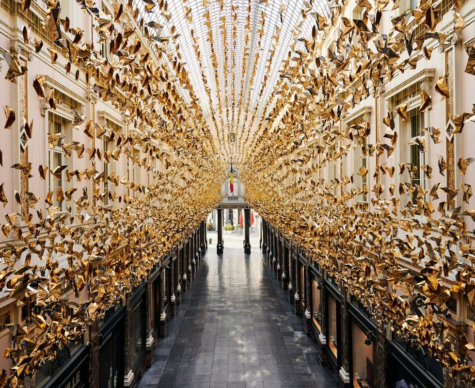 Bruxelles questo Natale è invasa da migliaia di origami dorati: ecco l'opera di Charles Kaisin