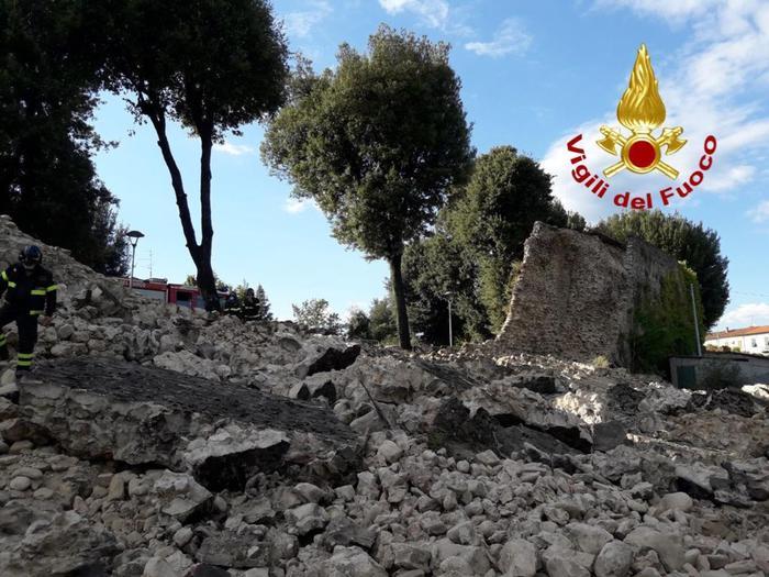 Pistoia, crollano 30 metri di mura medievali. Il loro degrado era noto da tempo