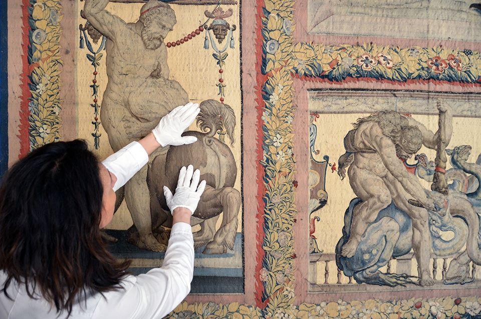 Avviato il restauro aperto degli arazzi del Ducale di Mantova realizzati sui cartoni di Raffaello