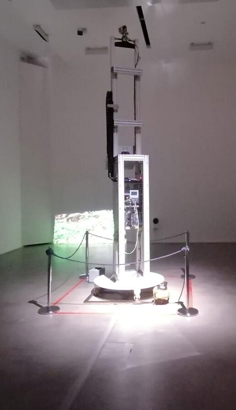 Da un robot prende vita un'installazione d'artista