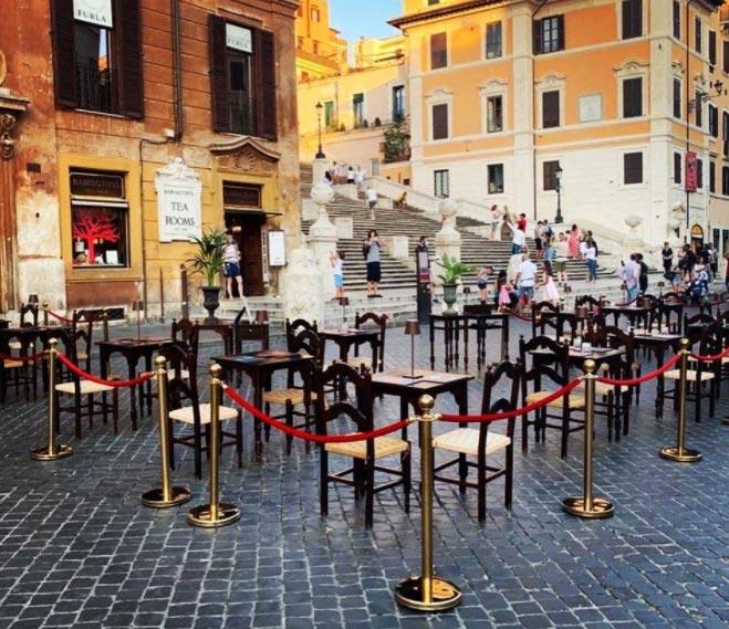 Roma, piazza di Spagna invasa dai tavolini della sala da tè. Ed è polemica