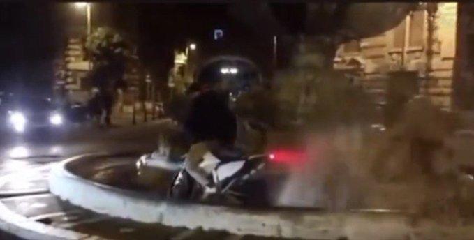 Roma, Raggi s'indigna per vandalo che entra con la moto nella fontana. Ma il video è vecchio