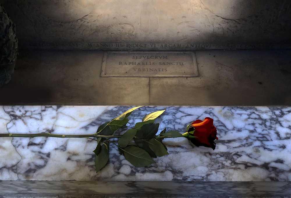 Una rosa rossa sulla tomba di Raffaello per ricordarlo nel cinquecentenario della scomparsa