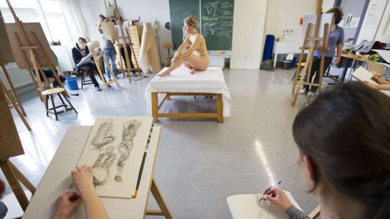 La BBC lancia la sua scuola di nudo in tv: un programma per imparare a disegnare con i modelli