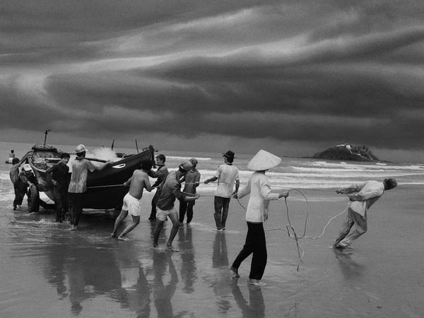 Pistoia, le migrazioni e la condizione umana dei profughi negli scatti di Sebastião Salgado