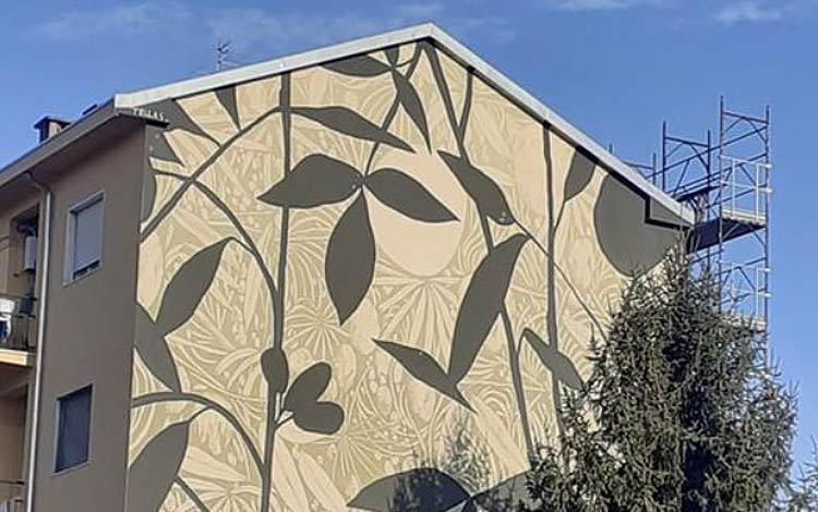Carrara sempre più città della street art: una nuova opera di Tellas decora casa popolare