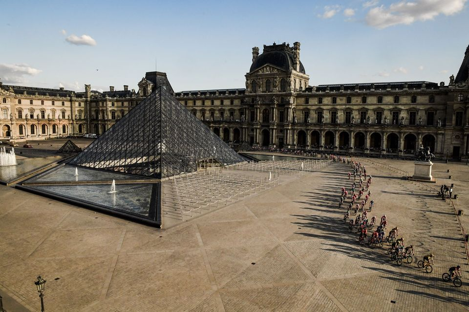 Il Tour de France passa dal Louvre: le spettacolari immagini della corsa al museo